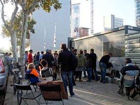Cola de potenciales compradores esperando el inicio de la comercialización de la primera promoción de Solvia en Barcelona