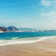 Vista de la isla Santa Clara desde la playa de Ondarreta en San Sebastián.