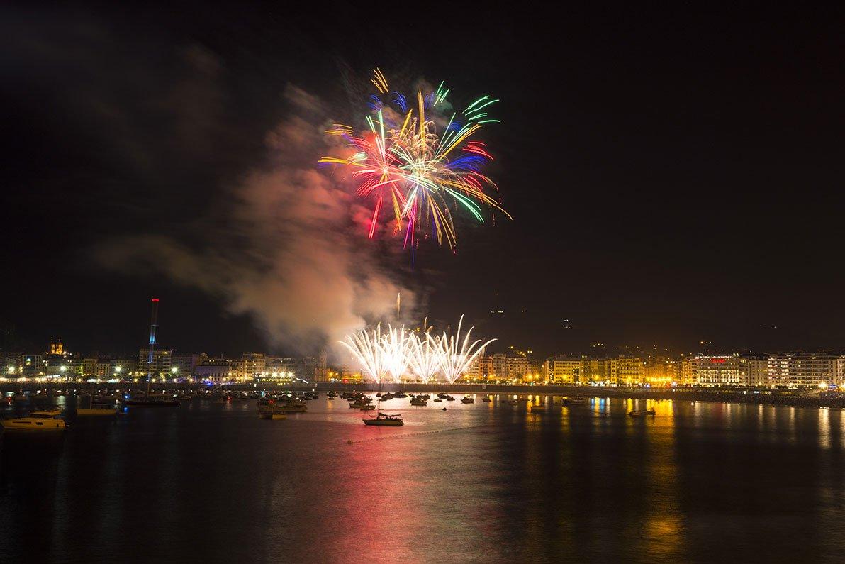 Los fuegos artificiales de la Semana Grande donostiarra sobre la bahía.