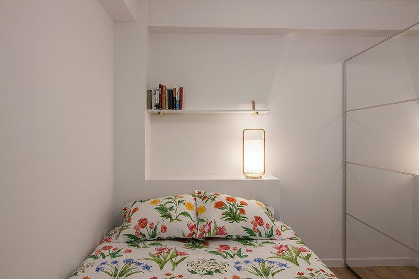 Cabecero de pladur en el dormitorio pequeño de la vivienda de Egia en San Sebastián.