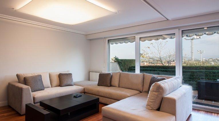 Sala después de reforma en vivienda de calle Lanberri, Donostia