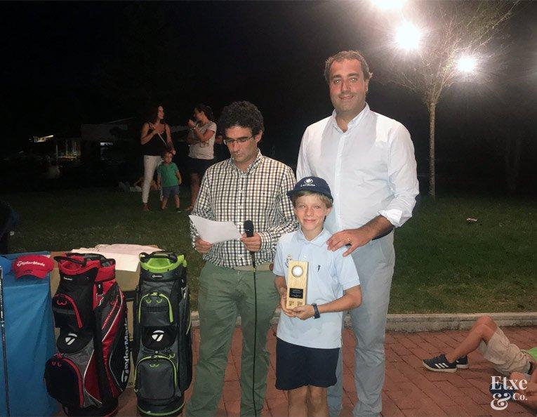Premios al final de la jornada de golf