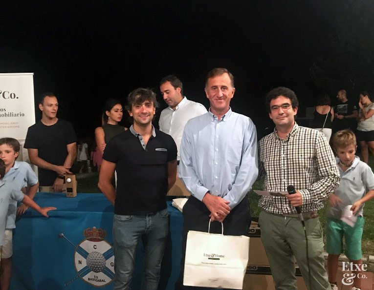 Premios al final de la jornada de golf