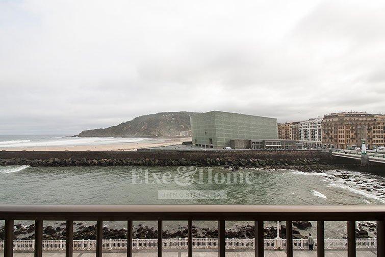 casa con vistas a la zurriola y el kursal en Donostia San Sebastián